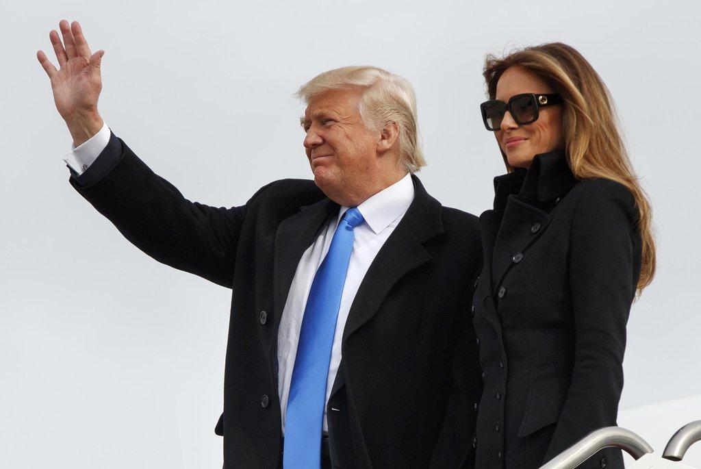 Donald Trump a Melanii Trumpová při příletu do Washingtonu, kde bude inaugurován americkým prezidentem