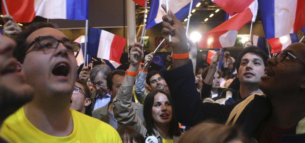 Příznivci středového francouzského prezidentského kandidáta Macrona