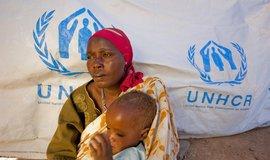 Uprchlíci z Dárfúru. Na hranicích mezi Čadem a súdánským Dárfúrem žijí Dárfúřané, kteří přežili vraždění milic džandžavíd (arabské milice, které vraždí černošské obyvatelstvo Dárfúru)