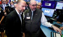 První den obchodování s akciemi Uberu na burze NYSE si nenechal ujít ani výkonný šéf společnosti Dara Khosrowshahi (vlevo).