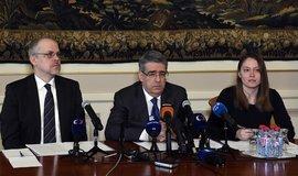 Ruský velvyslanec Alexander Zmejevskij (uprostřed) na tiskové konferenci