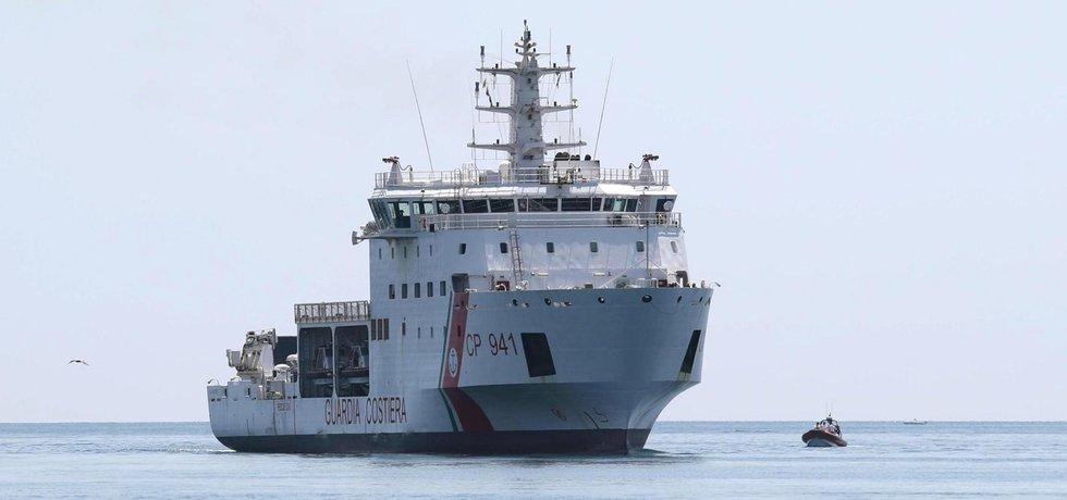 Loď se 177 migranty na palubě