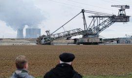 Elektrárna Lippendorf (v pozadí) a rypadlo v dole společnosti Mibrag.