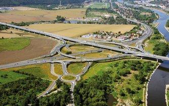 Dalšího úseku velkého pražského okruhu se řidiči dočkají nejdříve v roce 2023. Na snímku je zatím poslední otevřená etapa okruhu u Radotína.