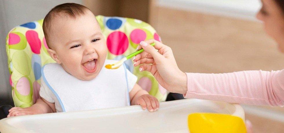 Přikrmování dítěte, ilustrační foto