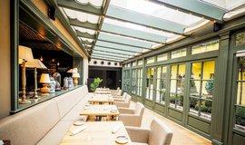 Interiér pražské restaurace Grand Cru