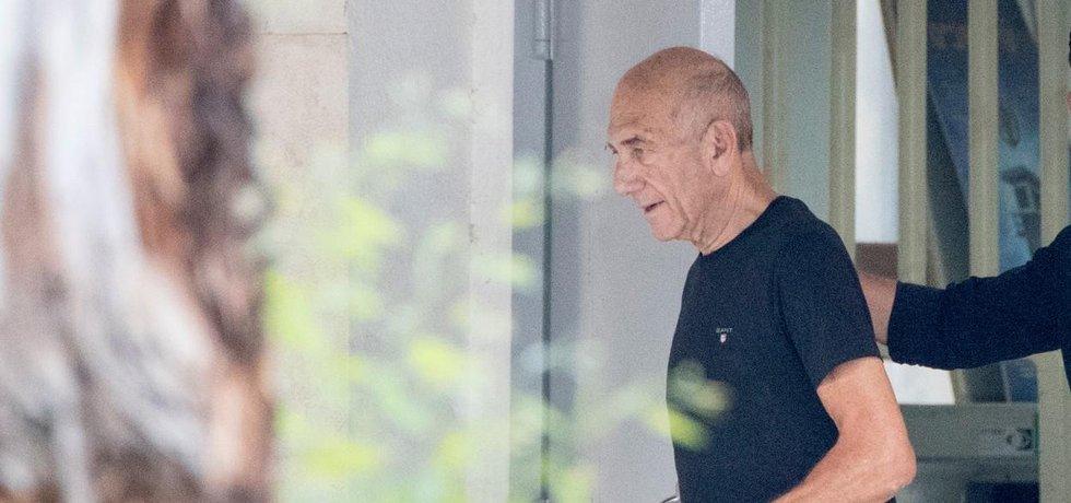Bývalý izraelský premiér Ehud Olmert opouští věznici v Ramle