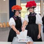 Voličky ve schwarzwaldských krojích pózují před volební místností