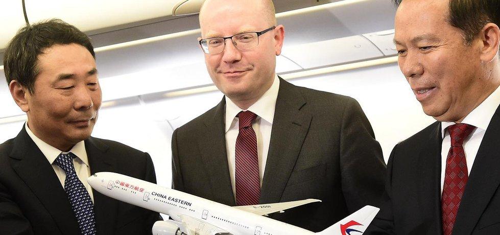 Premiér Bohuslav Sobotka (uprostřed) při slavnostním zahájení provozu nové přímé linky Praha - Šanghaj. Vpravo je prezident letecké společnosti China Eastern Liou Šao-jung, která linku provozuje.
