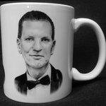 Hitler, Palach, Drtina, všichni jedna rodina. Emerich Drtina prodává i hrnek s vlastním portrétem.