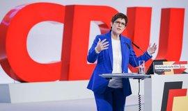 Sjezd CDU: Krampová-Karrenbauerová byla připravena skončit, strana se za ni postavila