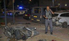 Člen izraelských bezpečnostních složek na místě dopadu rakety