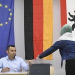 Obyvatelka Berlína odevzdává svůj hlas v demokratických volbách