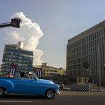 Turisté před americkou ambasádou v Havaně