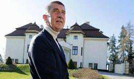 Andrej Babiš před Kramářovou vilou