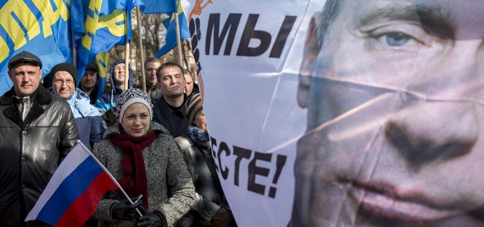 Průvod na Krymu, který slavil výročí připojení poloostrova k Ruské federaci