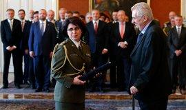 Generálka a prezident. Lenka Šmerdová vystudovala školu pro prověřené důstojníky s dobrým kádrovým posudkem.