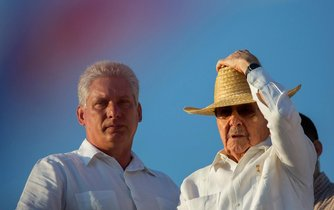 Miguel Díaz-Canel (vlevlo) a Raúl Castro