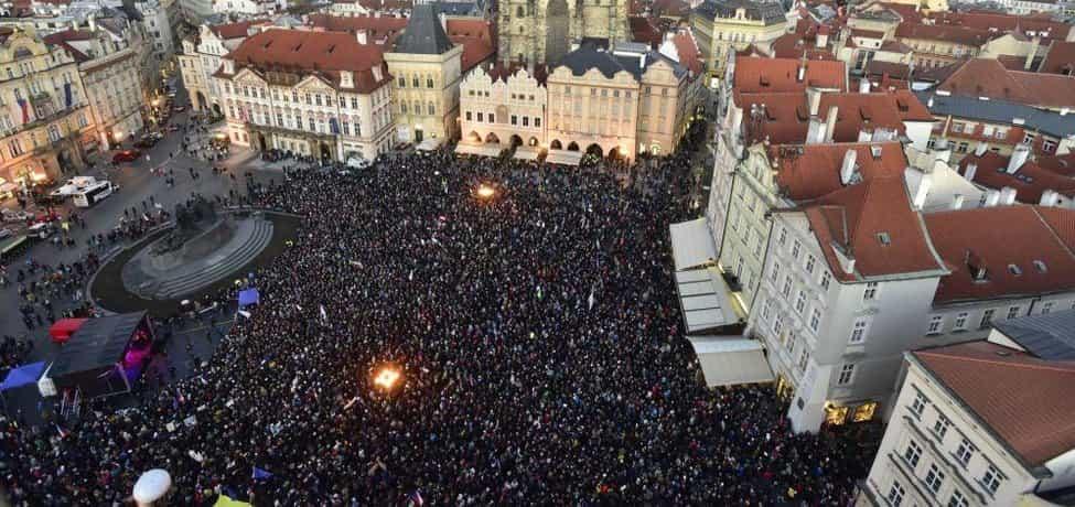 Staroměstské náměstí zaplnily tisíce lidí