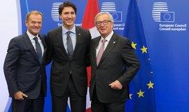 Zleva: předseda Evropské rady Donald Tusk, kanadský premiér Justin Trudeau a předseda Evropské komise Jean-Claude Juncker před podpisem dohody CETA