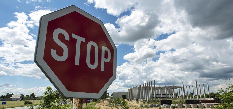 Zastupitelé Hradce Králové neschválili 25. října dohodu o narovnání mezi městem a společností CTP Invest, která na okraji města bez stavebního povolení rozestavěla obchodní park (na archivním snímku z 1. června 2016).