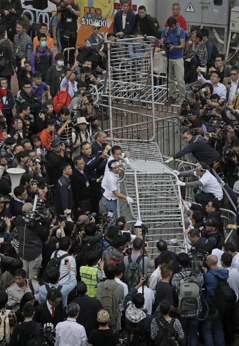 Úřady v Hongkongu odklidily část barikád protestujících (18. listopadu 2014)