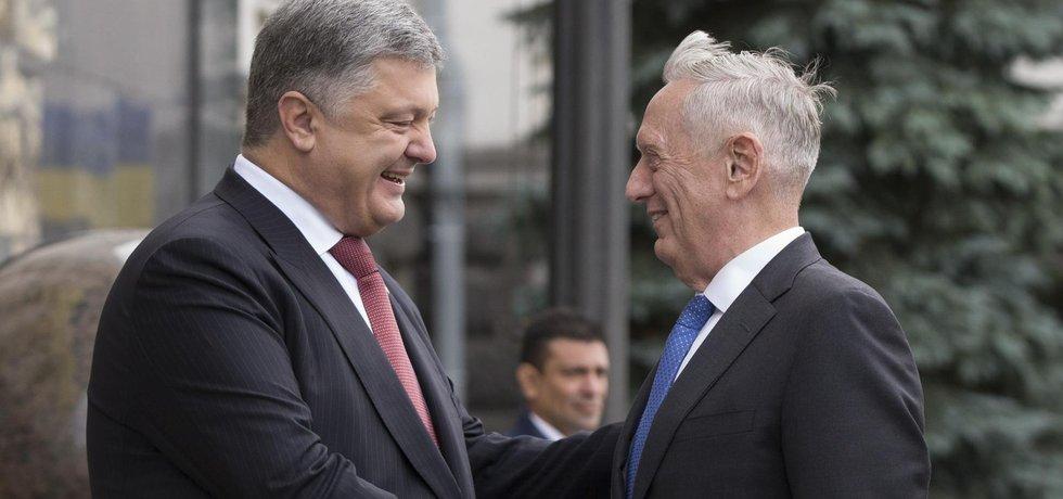Ukrajinský prezident Petro Porošenko vítá amerického ministra obrany Jamese Mattise v Kyjevě