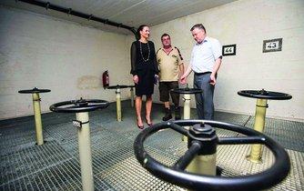 Předseda SSHR Pavel Švagr (vpravo) a jednatelka firmy Krailling Oils Development Kateřina Radostová kontrolují průběh přečerpávání nafty ze skladu v Kraillingu.
