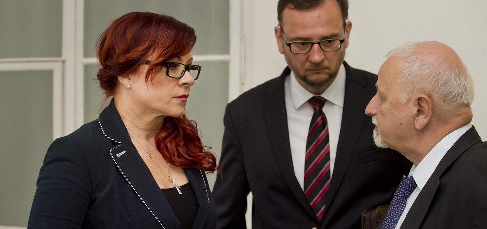 Zleva Jana Nečasová se svým manželem Petrem a advokátem Eduardem Brunou.