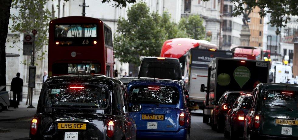 Ulicemi britských měst možná budou jezdit výlučně jen elektromobily