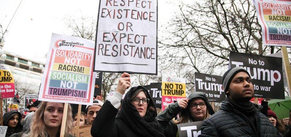 Respektujte existenci, nebo očekávejte odpor, stojí na transparentu během demonstrace proti trumpovu migračnímu dekretu v Londýně