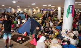 Uprchlíci čekají na nádraží v maďarské metropoli Budapešti.