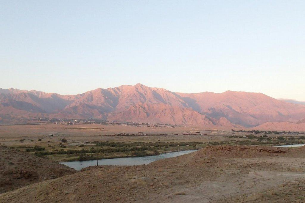 Krajina na arménsko-íránské hranici podél řeky Araks.