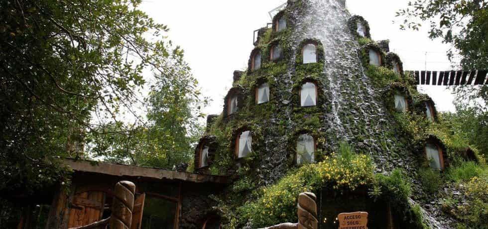 Magic Mountain Hotel: Chile. Mechem zarostlý hotel v chilské rezervaci Huilo Huilo. Z jeho střechy stéká podél oken jednotlivých pokojů vodopád.