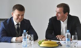Partneři Penta Investments (zleva) Jaroslav Haščák a Marek Dospiva oznámili 18. dubna 2018 v Praze hospodářské výsledky za rok 2017. Skupina loni zvýšila provozní zisk o 19 procent na rekordních 10,1 miliardy korun. Tržby stouply o 21 procent na 178 miliard korun. Konsolidovaný čistý zisk dosáhl 6,2 miliardy Kč, byl tak druhý nejvyšší po roce 2016.