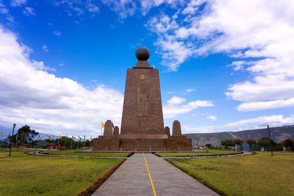 """Pokud jste byli v Ekvádoru, pak jste si nejspíš pořídili fotografii v San Antonio de Pichincha u mohutného památníku označeného jako Ciudad Mitad del Mundo (město Střed světa). U jeho paty je namalovaná linie vyznačující zeměpisnou šířku 0° 0' 0"""", která je oblíbeným místem pro turisty pózující s každou nohou na jiné polokouli. Ale jsou na špatném místě. Moderní technologie vyvrátily původní kalkulace zeměpisce Luise Tufiña z roku 1936 a prokázaly, že skutečný """"střed světa"""" leží o 240 metrů severněji."""