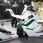Létající motocykl dubajské policie unese až 300 kilogramů a dokáže vyvinout rychlost 70 km/h. Na jedno nabití vydrží 25 minut.