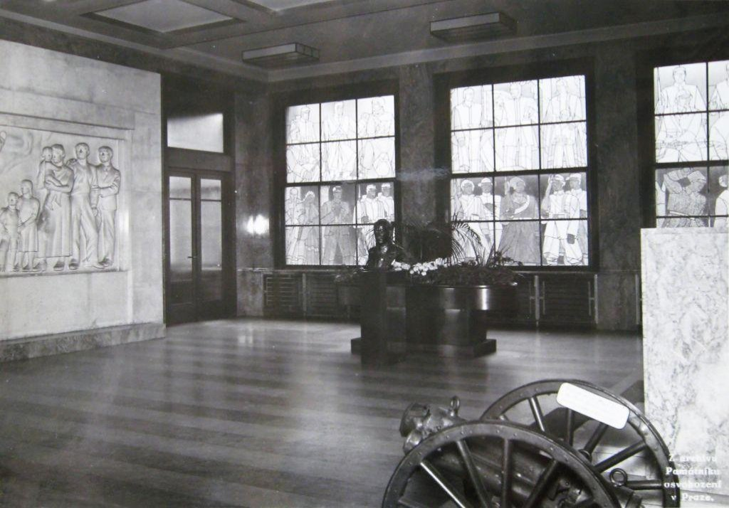 Tyto skleněné vitráže z oken v minulých desetiletích zmizely, díky zachovalým plánům a fotodokumentaci by se po rekonstrukci měly vrátit.