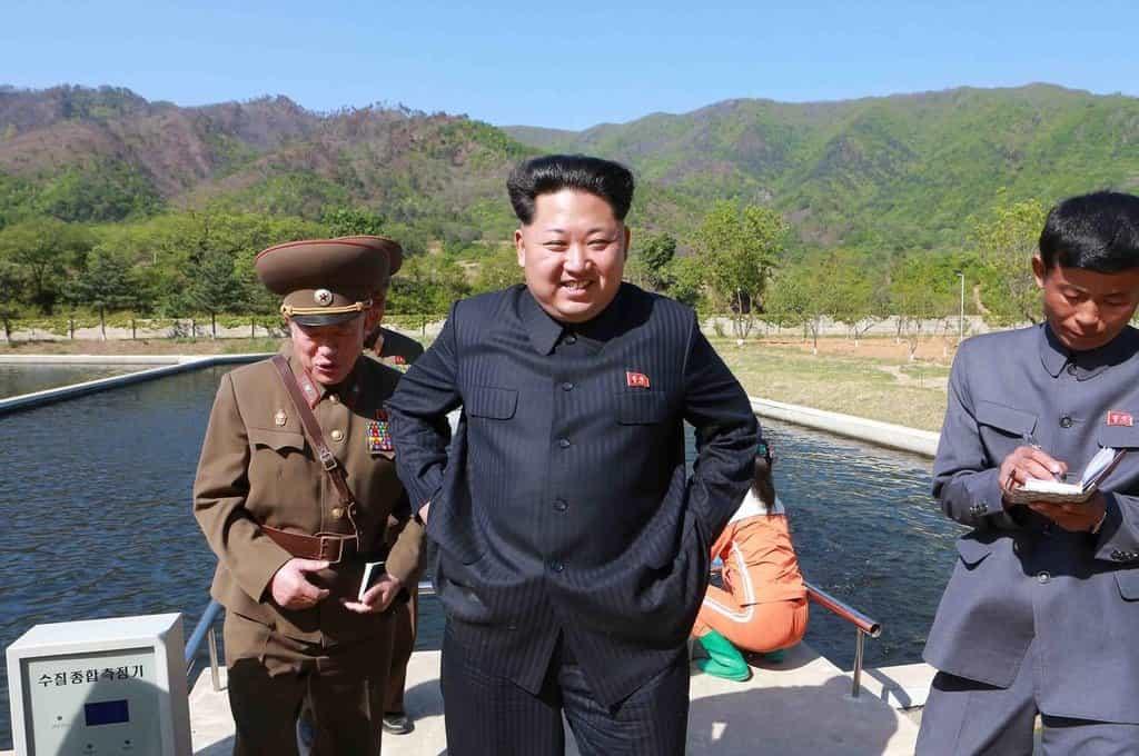 Kim se smíchem ve tváři kontroluje výdobytky severokorejských zemědělských inženýrů.