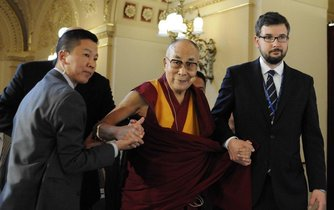 Dalajlama Tändzin Gjamccho v Praze v roce 2016 na konferenci Forum 2000.
