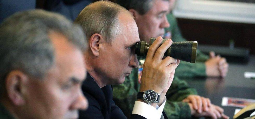 Ruský prezident Vladimir Putin dohlíží na průběh vojenských manévrů Západ 2017