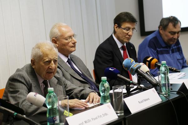 Rudolf Sekava – nejdéle žijící pacient –, za ním doc. Ivan Málek z oddělení srdečního selhání Kliniky kardiologie IKEM