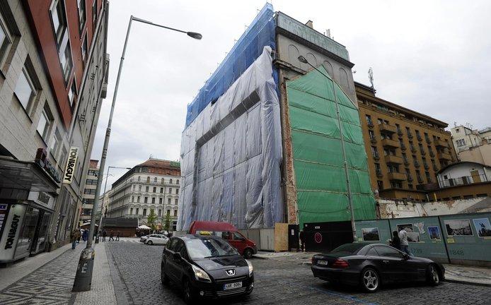 Majitel domu na rohu Václavského náměstí a Opletalovy ulice se připravuje na demolici objektu.