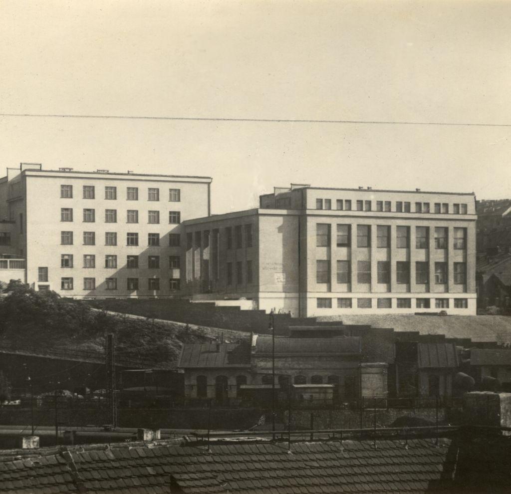 Takhle vypadal Památník osvobození, dnešní Armádní muzeum v Praze, těsně před dokončením.
