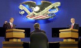 Al Gore (vlevo) a George Bush při předvolební debatě v roce 2000