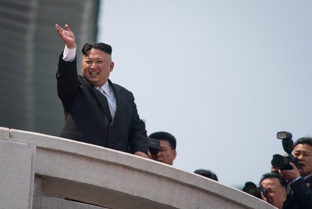 Kim Čong Un kyne plesajícím davům. Výjev si v ničem nezadá s kompozicí výpravných obrazů socialistického realismu.