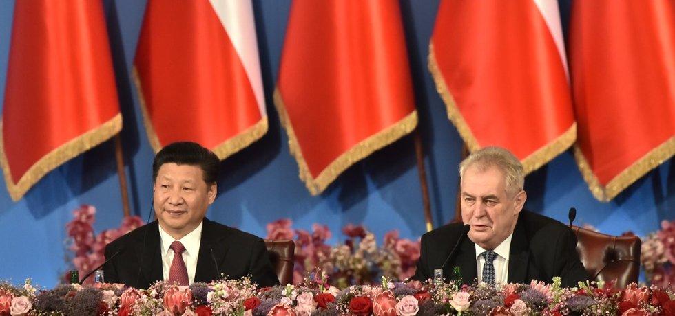 Prezident Miloš Zeman (vpravo) a jeho čínský protějšek Si Ťin-pching (vlevo) na pražském Žofíně