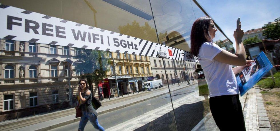 Dopravní podnik a reklamní společnost JCDecaux představily 9. června v zastávce Husinecká v Praze na Žižkově tramvajový přístřešek, kde se mohou lidé bezplatně připojit na wi-fi prostřednictvím Wiprague