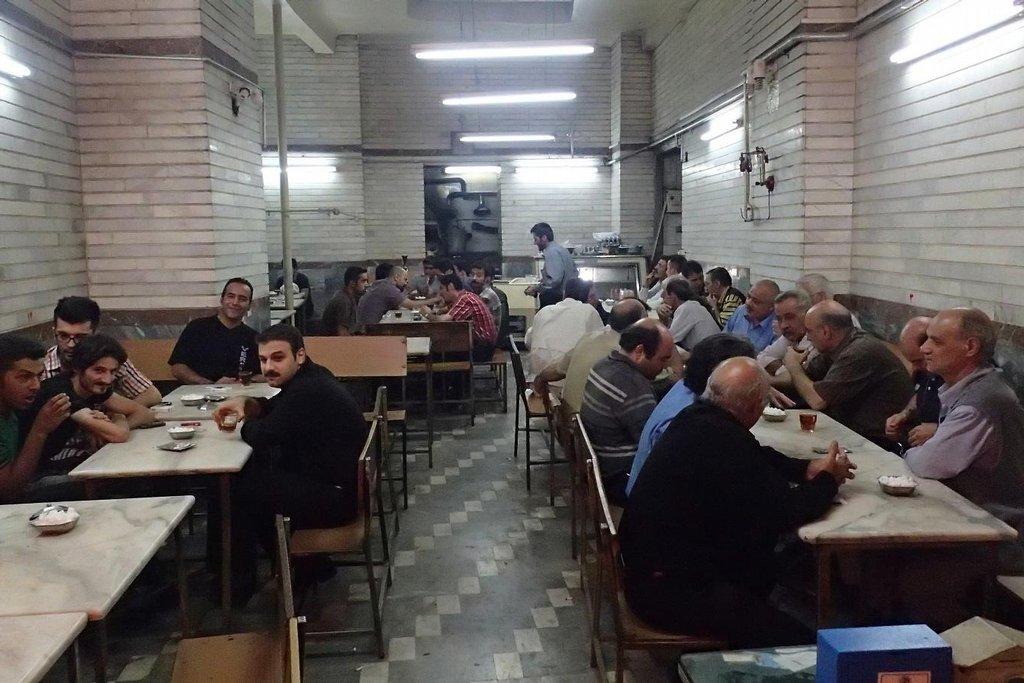 Mužská čajovna-jídelna v Tabrízu.