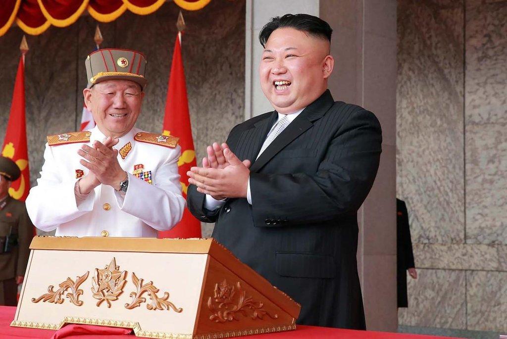 Ještě si tak zatleskat. Starý generál po pravici Kimovo nadšení chápe.